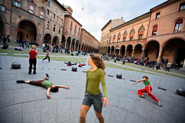 Danza urbana in piazza S. Stefano a Bologna